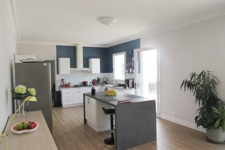 Suppression de la cloison entre salon et cuisine afin d'agrandir les espaces et délimitation de la zone cuisine avec un bleu profond. (Après)