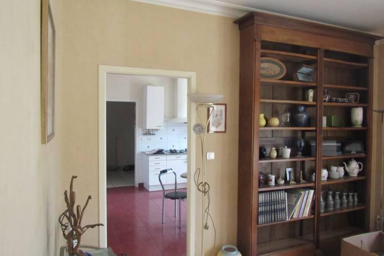 Suppression de la cloison entre salon et cuisine afin d'agrandir les espaces et délimitation de la zone cuisine avec un bleu profond. (Avant)